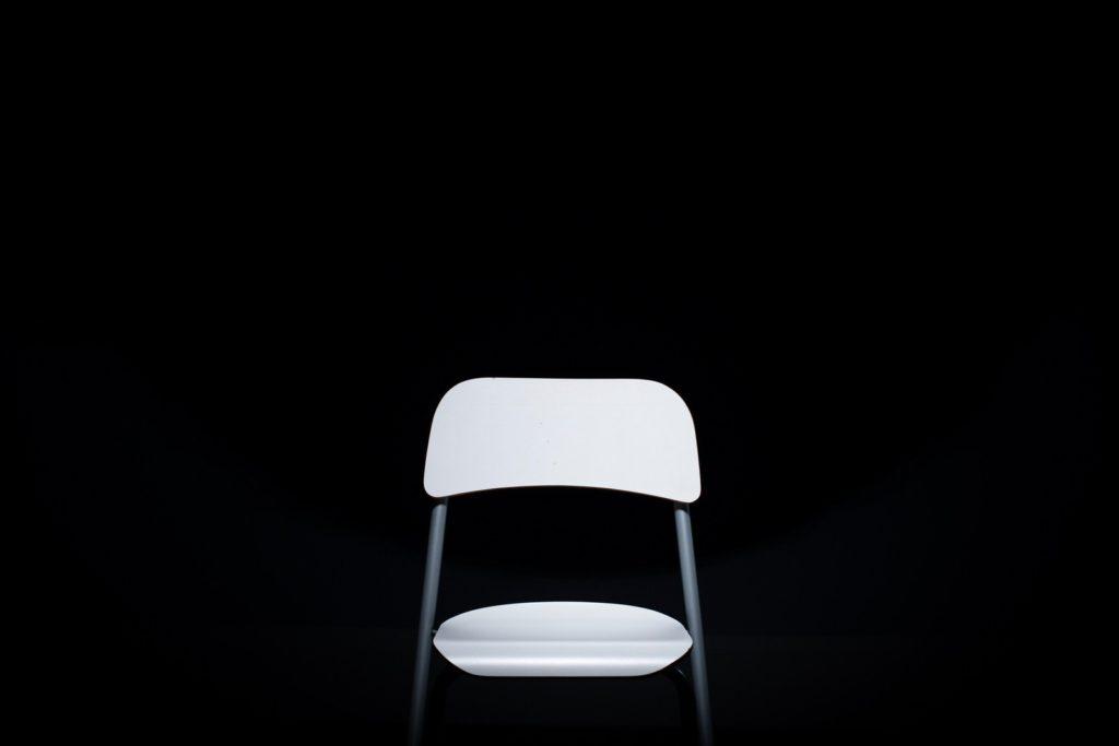 真っ暗な部屋にある椅子